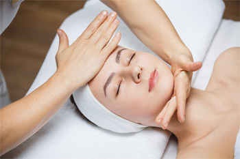 What is a facial massage. Types of facial massages and their benefits